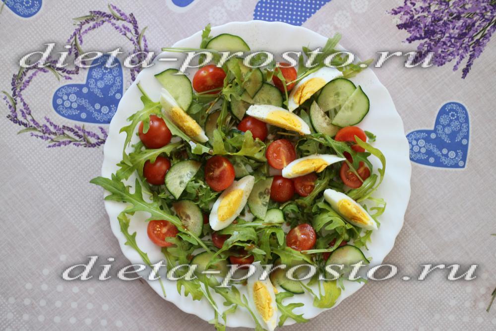 Салат из руколы с яйцом фото