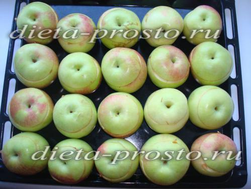 яблоки выложить на противень
