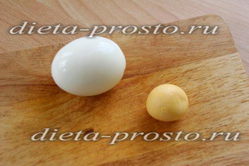 Яйца моем и отвариваем вкрутую