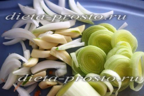 Лук-порей порежем кольцами, чеснок крупными дольками, луковицу нарежем лепестками
