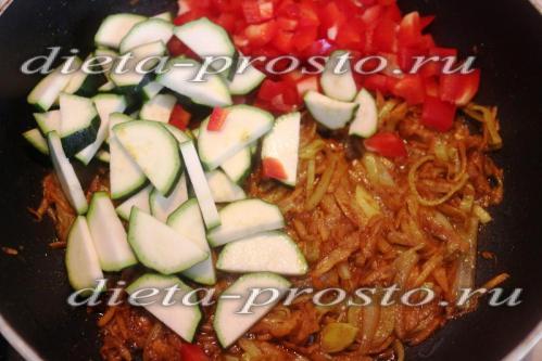 Выложим овощи на сковороду, перемешаем
