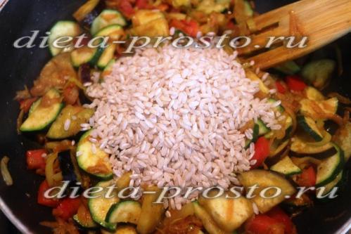 Всыпаем бурый рис к овощам