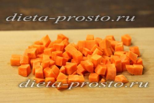 Режем мелким кубиком морковь