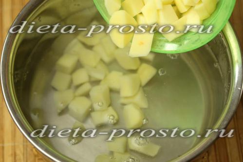 уложить в кипящую воду картофель