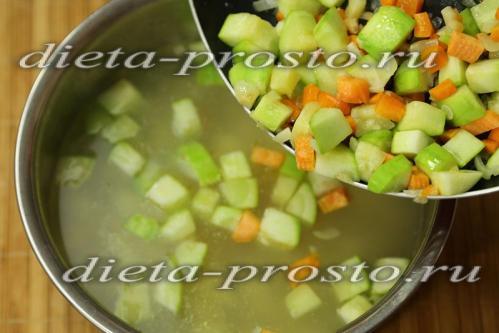 загружать в кастрюлю тушеные овощи