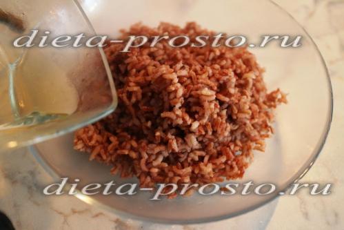 рис заправить сахаром, солью и уксусом