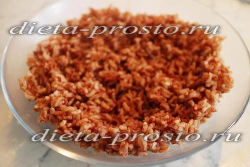разровнять поверхность риса лопаткой