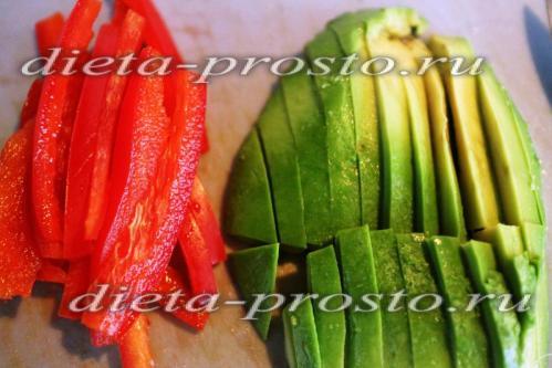 авокадо и перец нарезать брусочками
