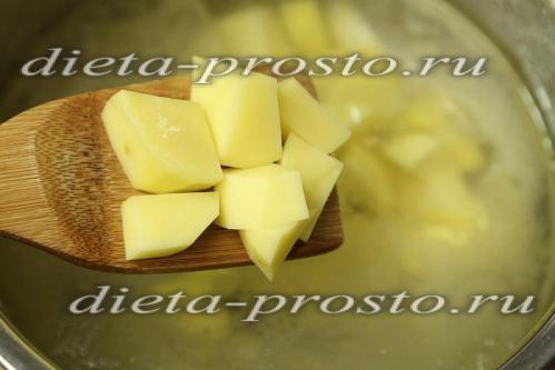 высыпаем кусочки картофеля