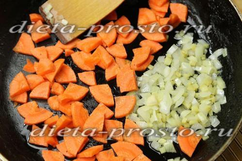 Добавим к луку с имбирем нарезанную морковь