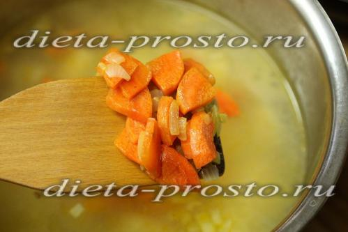 Переложим морковь и лук в кастрюлю