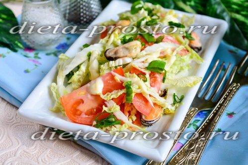 Салат из мидий, пекинской капусты и помидор