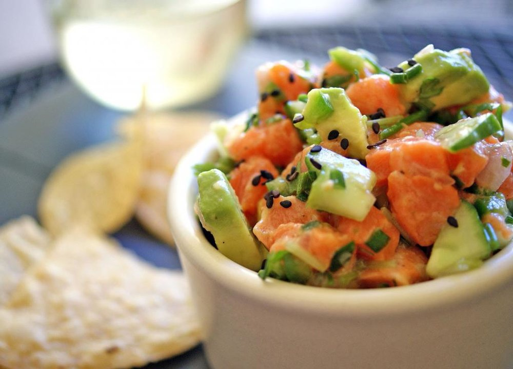 Салат из авокадо с лососем и помидорами