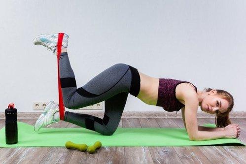 Упражнения с резинкой для пресса и талии женщине в домашних условиях: видео, фото