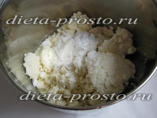 Соединяем творог со сметаной и сахарной пудрой