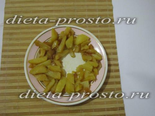 Картофель выложите по краю тарелки