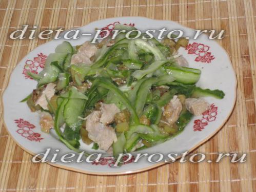 Перемешиваем салат горячим
