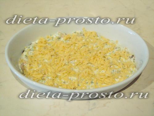 Посыпать соус сыром