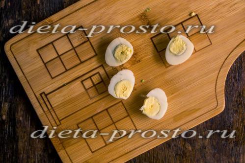 перепелиные яйца нарежьте