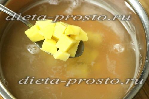 Выкладываем кубики картофеля