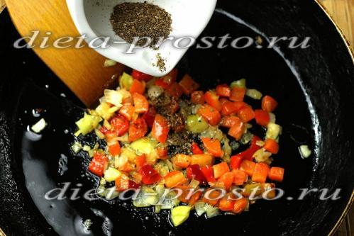 добавляем размолотые специи к овощам