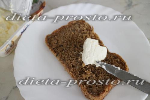 намазываем сыр на хлеб