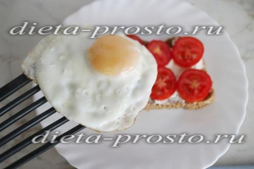 выкладываем яйцо на хлеб