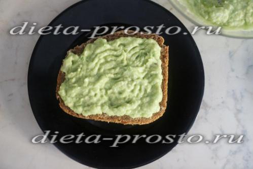 намазываем гуакамоле на хлеб