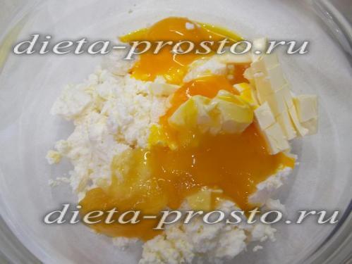 К творогу добавлено масло, мед и желтки
