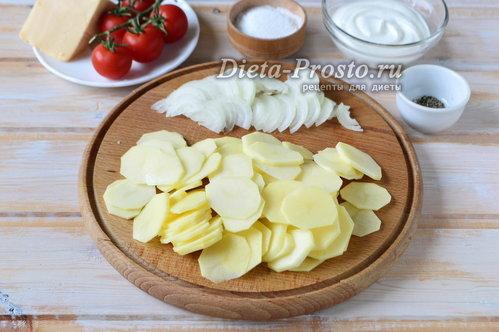Лук и картофель нарезать