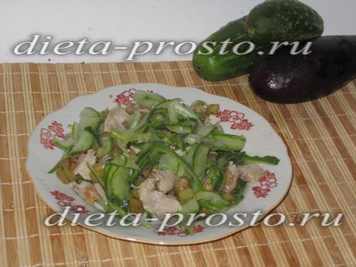 Теплый салат из баклажанов, мяса и огурцов